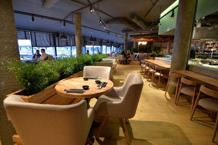 Серые колонны в интерьере ресторана японской кухни