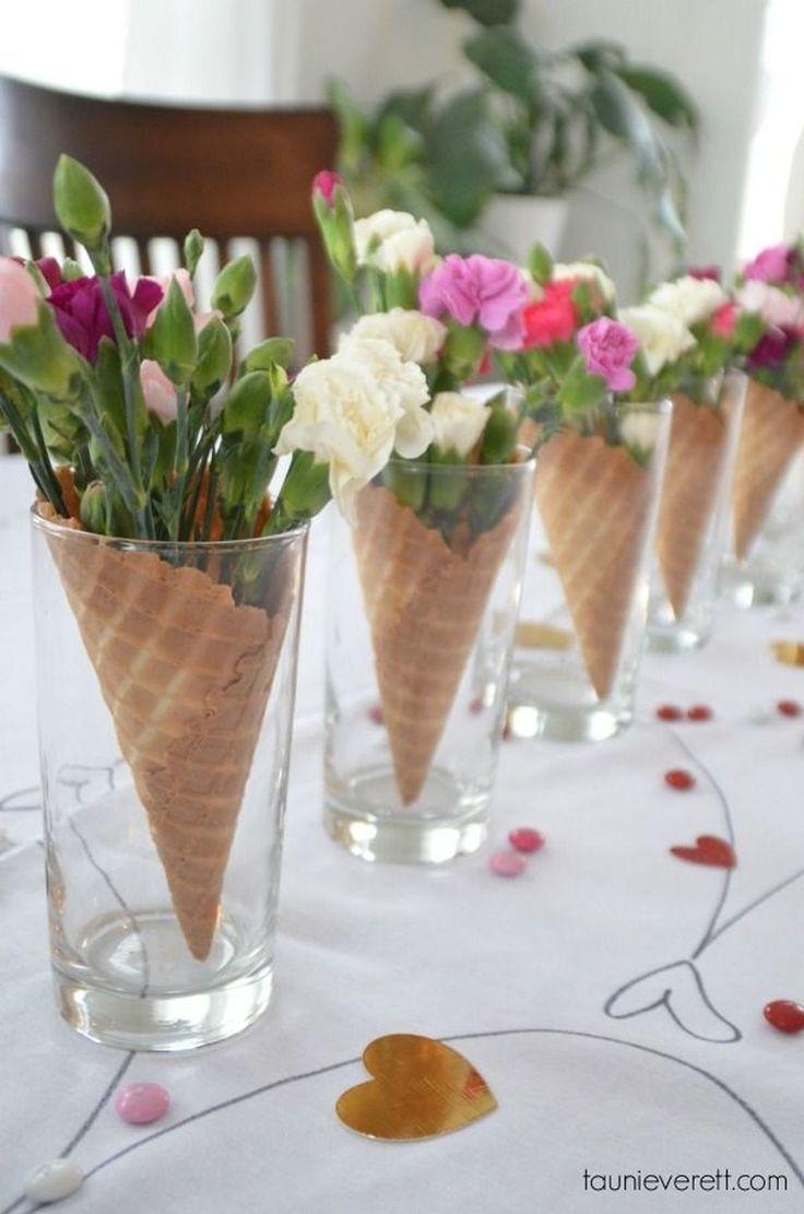 Fabriquez du papier d'impression blanc avec cône v et prenez des bâtons de dell et des cœurs plats en fleurs