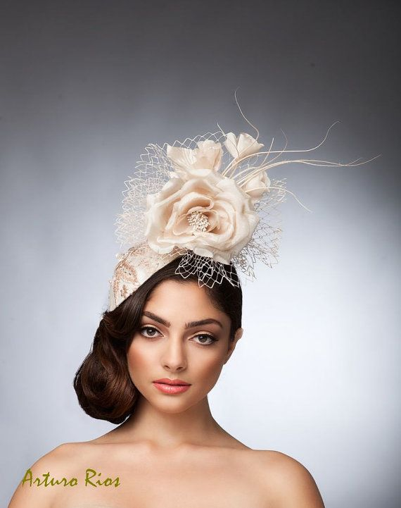 Alta Costura · Beige Champagne headpiece Fascinator cocktail hat por  ArturoRios Sombreros cadda062f10