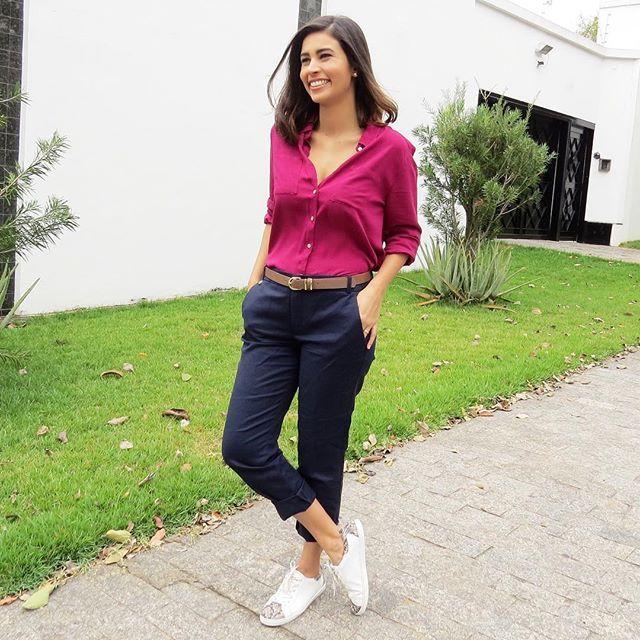 d6bfd656de como usar tênis no trabalho. como usar calça social feminina. calça bolso  faca. camisa rosa.