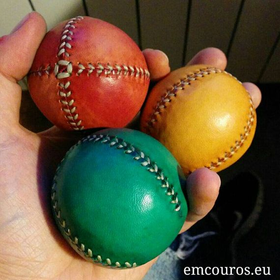He encontrado este interesante anuncio de Etsy en https://www.etsy.com/es/listing/245476865/set-of-3-leather-juggling-balls