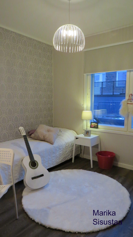 Nuoren tytön vaalea huone, teinitytön huone, moderni, valkoinen, tumma lattia