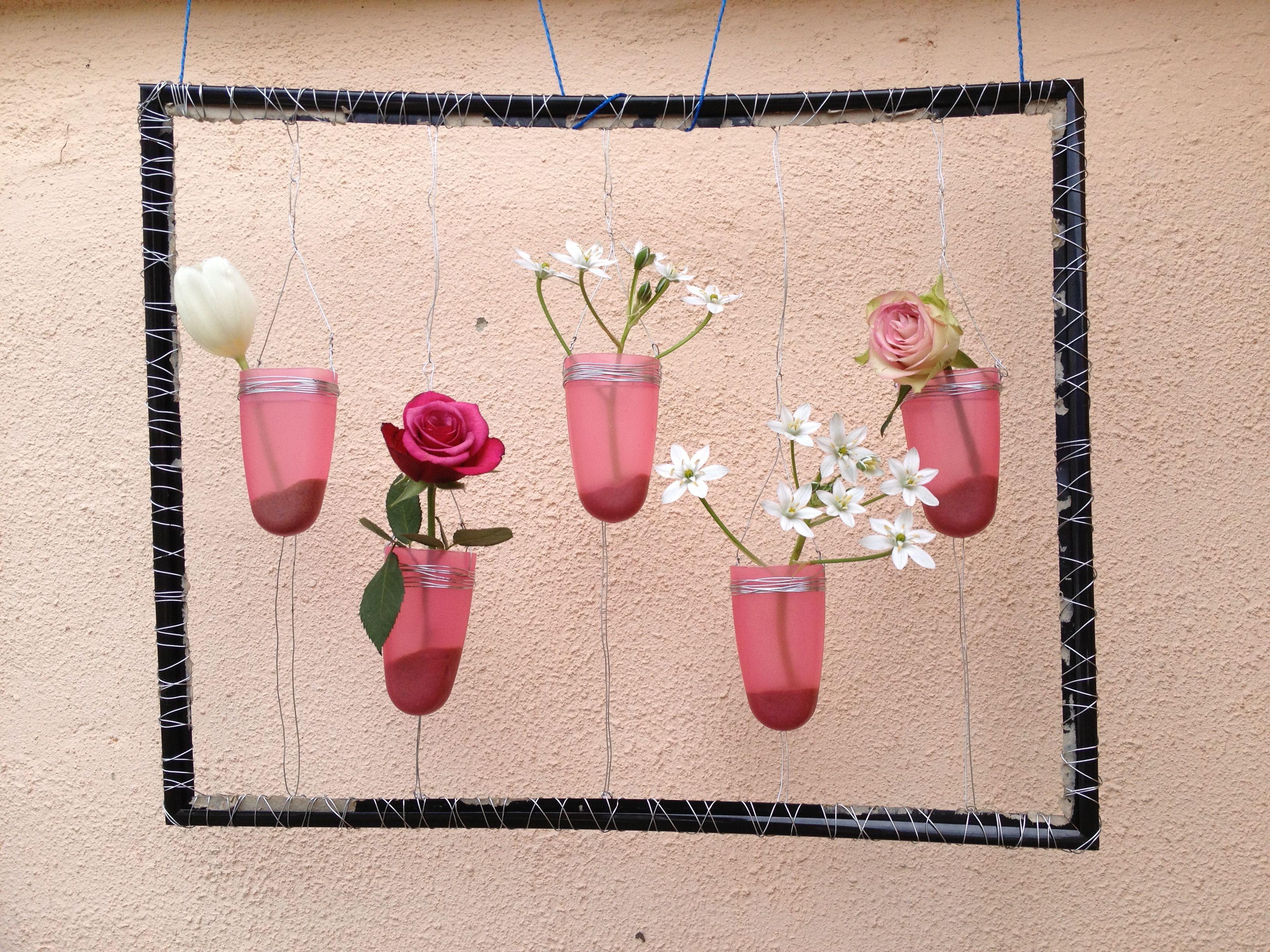 Ein alter Bilderrahmen plus Eis-am-Stiel-Schalen, etwas draht, Blumen fertig ! Hängt im Garten kann aber auch innen wunderbar aussehen...
