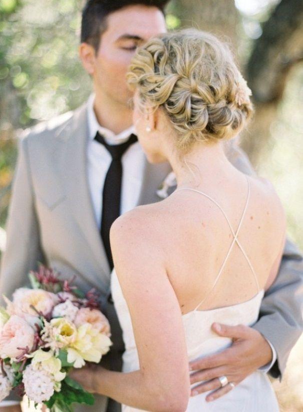 Brautfrisuren mit schleier und blumen  braided bridal updo. read more - http://www.hummingheartstrings.de ...