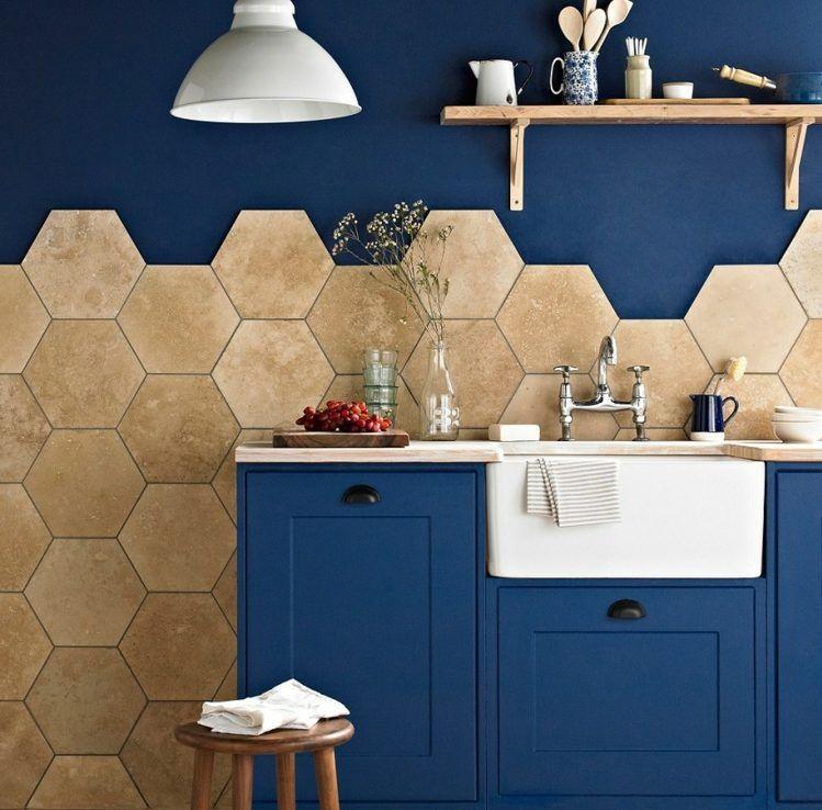 hexagon fliesen ideen-feinsteinzeug-küche-blaue-schränke - küche fliesen ideen