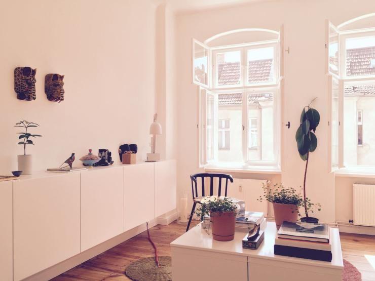Schöne Einrichtungsidee fürs Wohnzimmer helle Wände, große Fenster