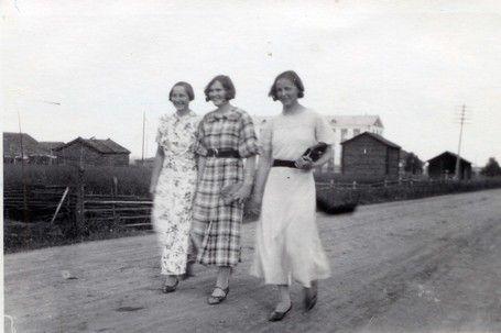 Lapuan Alapään kylän raitilla vuonna 1934 serkukset Vellamo Antila, Alli Antila (myöh. Pihlaja)ja Sirkku Antila (myöh. Peltoniemi). Kuvan ottaja tuntematon.