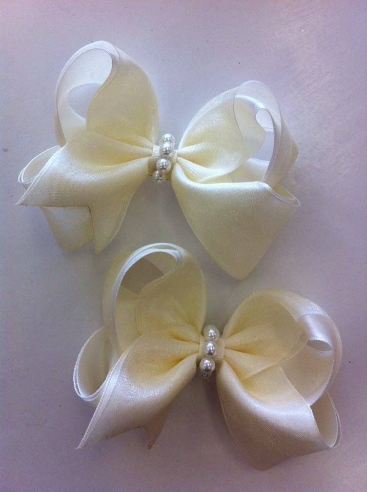 Small layered bows with pearls