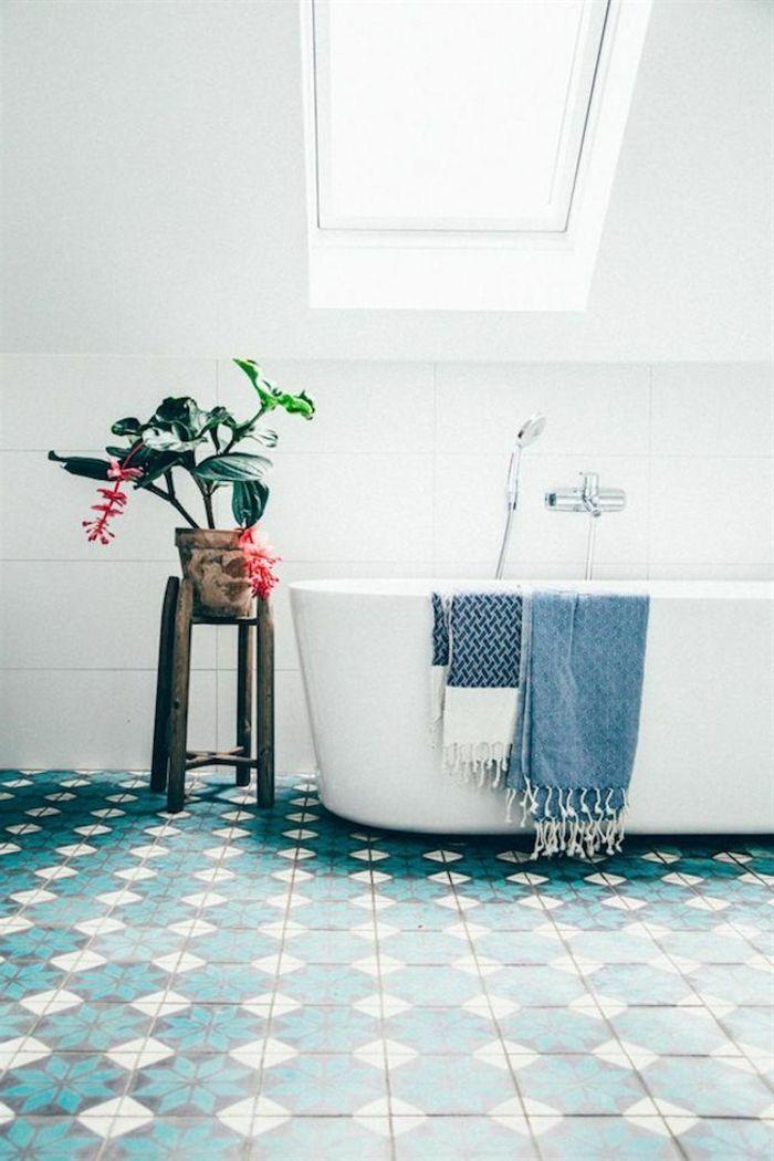 schönes kleines bad einrichten - dachschräge badewanne in weiß