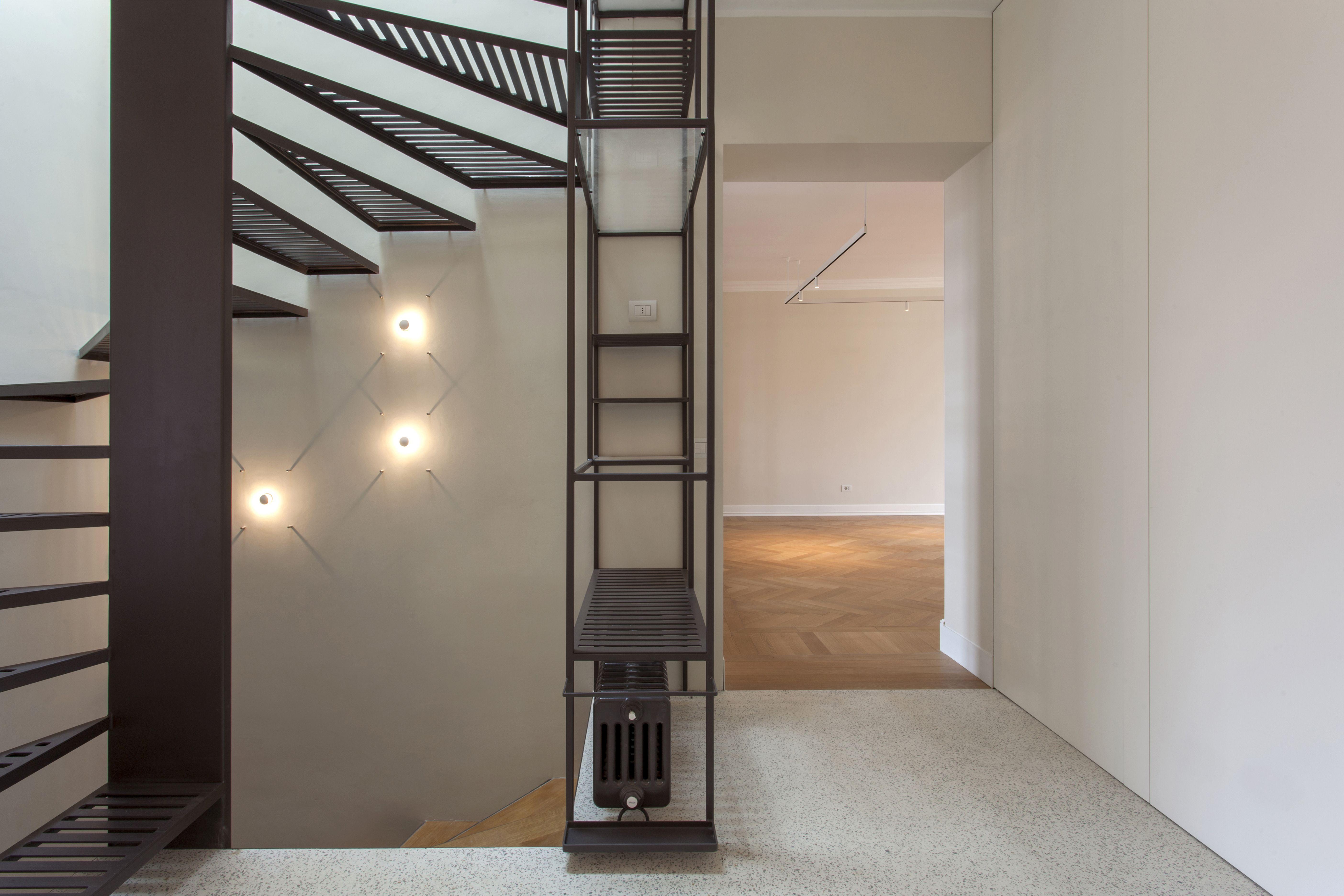 Dettaglio di scala in metallo con seduta laterale illuminazione
