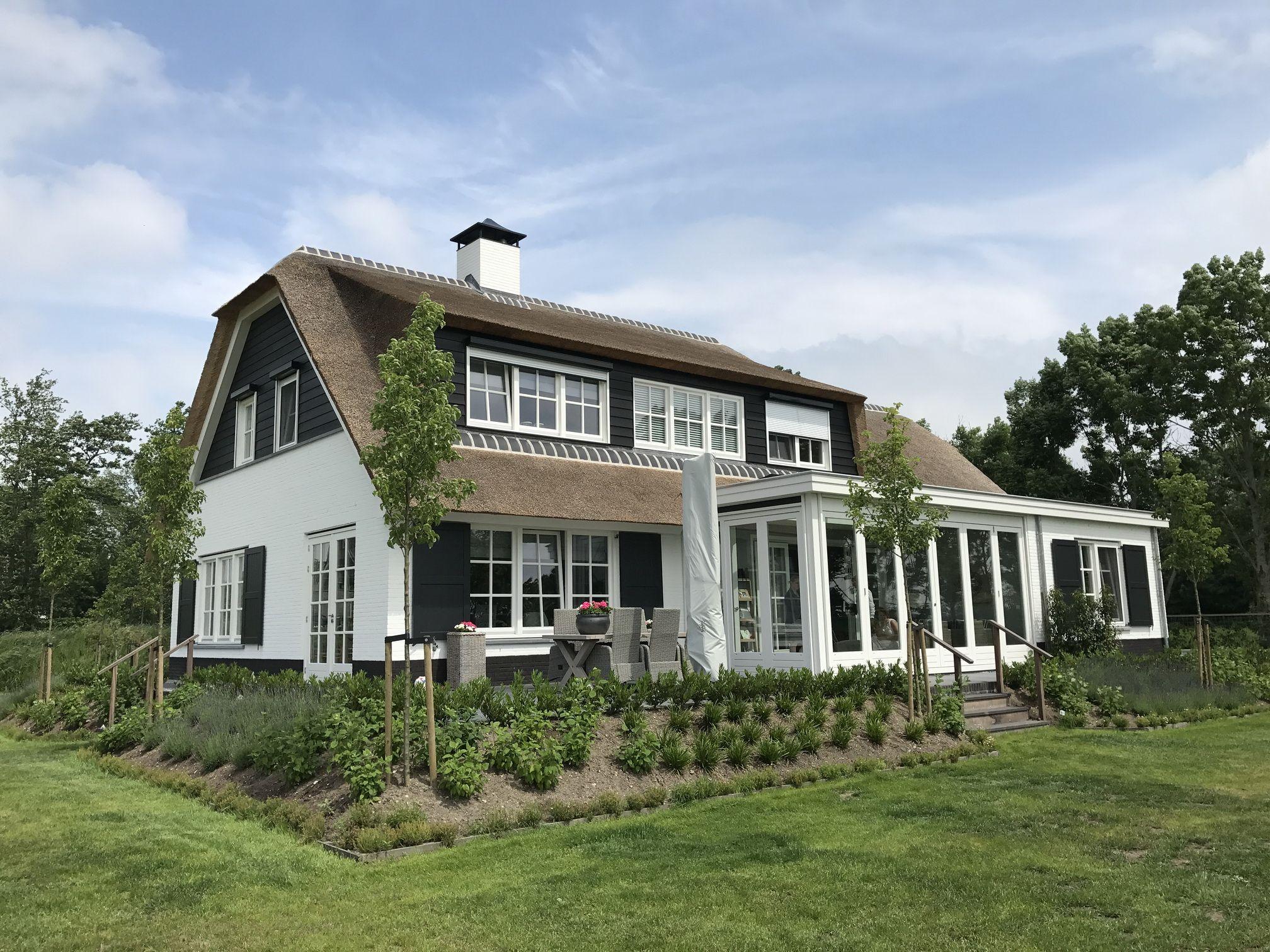 Landelijke woning witte gevels rieten dak wit keimwerk for Landelijke woning