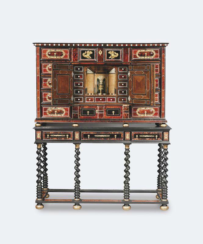 Cabinet en bois noirci, écaille teintée rouge et incrustations de