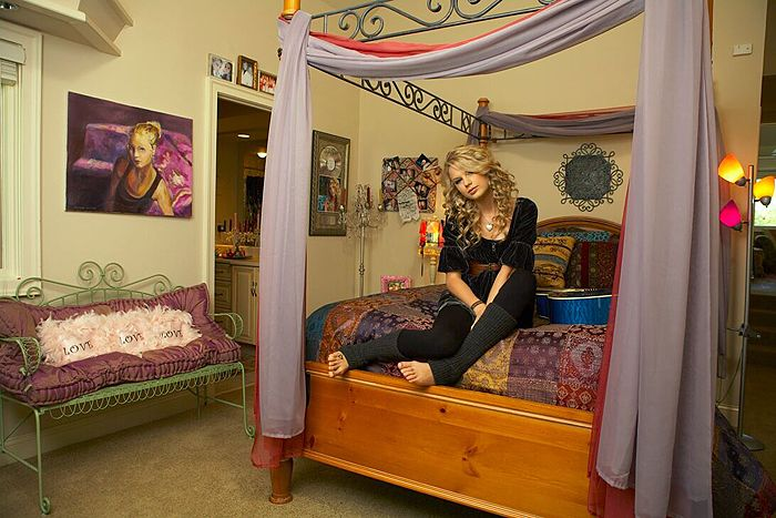Taylor Swift Web Photo Gallery Click Image To Close This Window Taylor Swift Guitar Taylor Swift Taylor Swift House