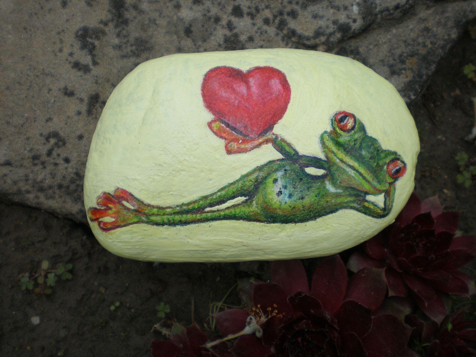 Zamilovaný žabák Dekorativní kamínek oválného tvaru v rozměrech 10 x 6 cm s motivem zamilovaného žabáčka, který ukazuje světu veikost své lásky ...