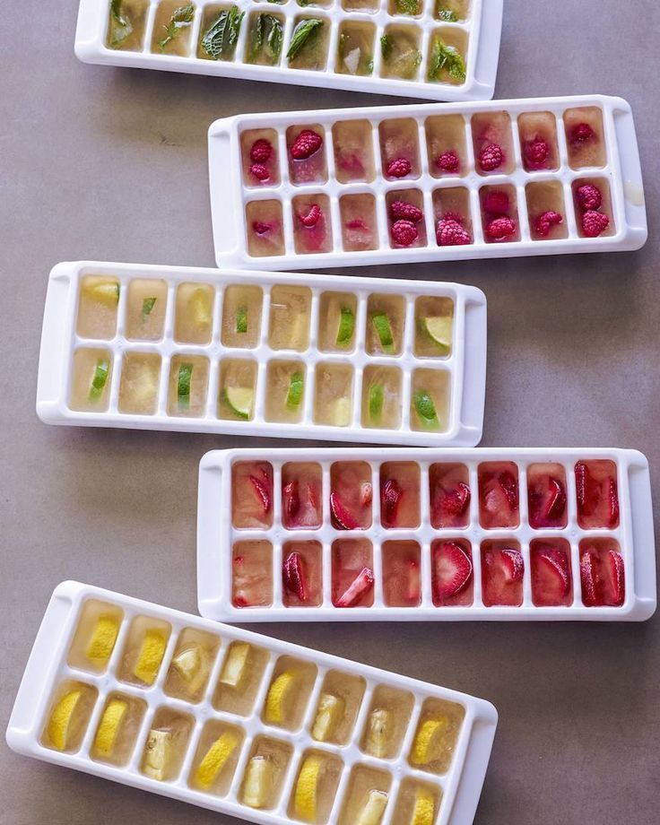 Gefüllte Eiswürfel werden in Limonade, Eistee oder Wasser serviert #lemonadepunch