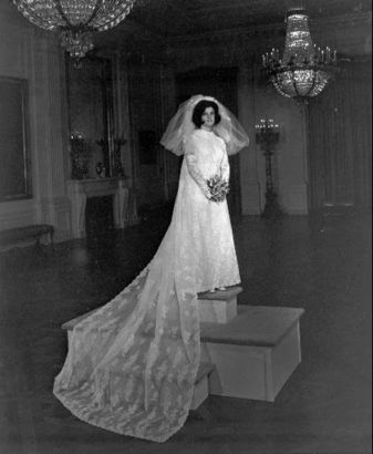 Luci Johnson Poses In Her Wedding Gown Official Photo Released By The White House Aug Dress With A Three Yard Train Features Rosepoint Alencon