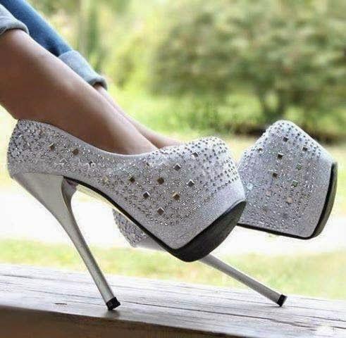 Espectaculares zapatos de plataforma y tacón de aguja.