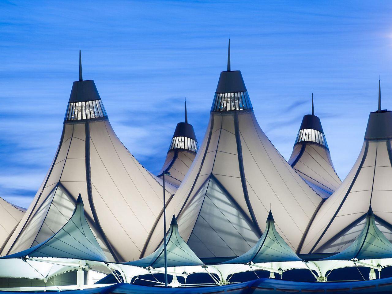 Terminal at Denver International Airport. Fonte https