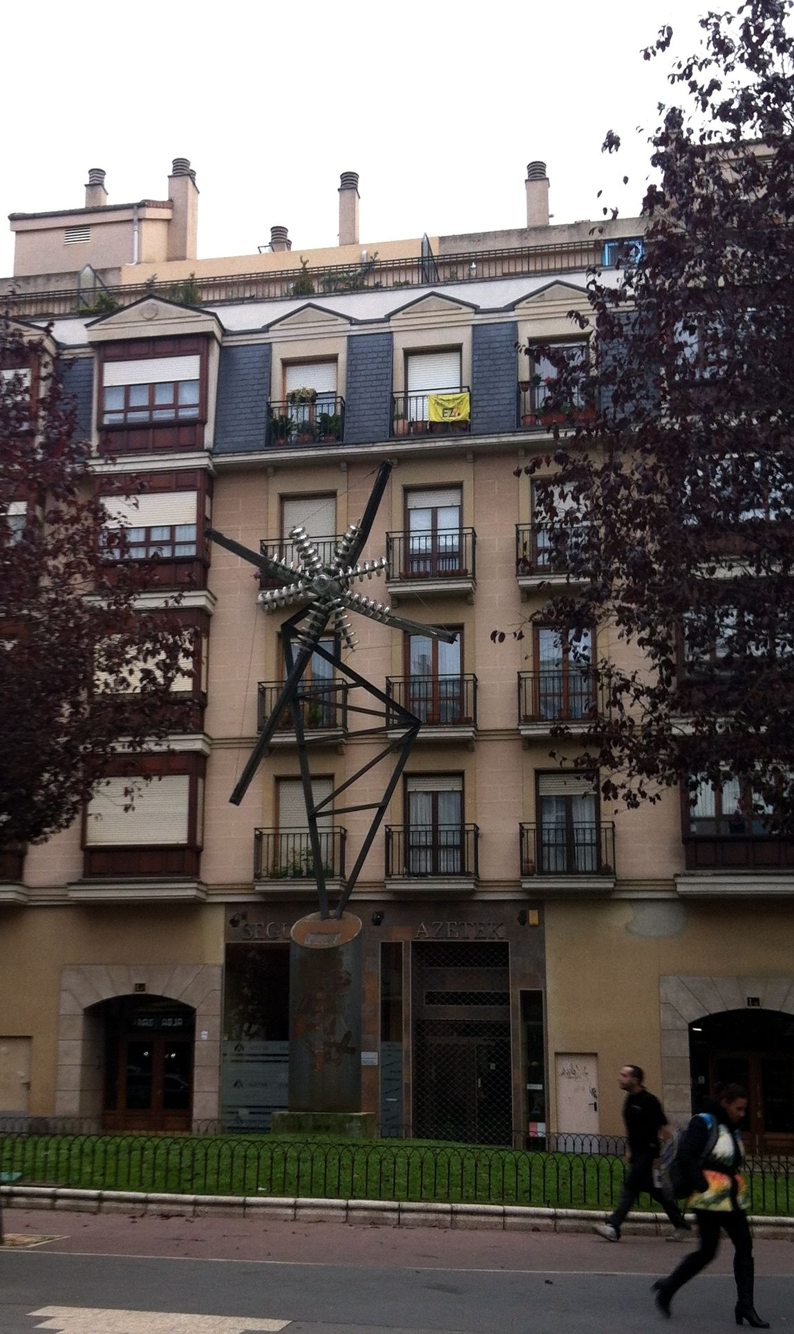 Argiola.1992- Pilar Posada escultora. Columna conmemorativa en el lugar de la fundación de la primera fábrica de energía eléctrica de Vitoria-Gasteiz.