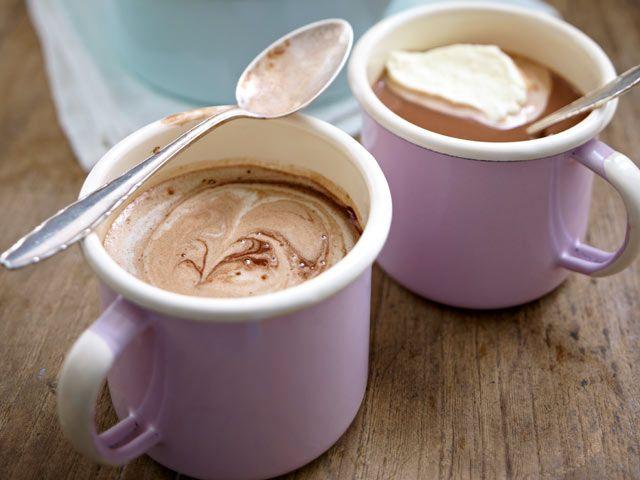 Kräftig schokoladig, schön cremig und nicht zu süß - so muss heiße Schokolade schmecken. Das Wichtigste: echte Schokolade statt Pulver im Becher!