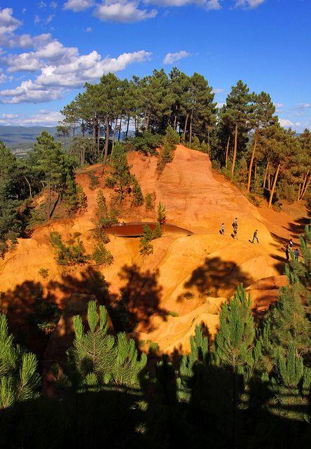 www.delunademiel.es Se llama Sentier des Ocres (o sendero de los Ocres), y es un paseo que se puede realizar en el entorno de la ciudad de Roussillon (Francia) donde hay un rasgo que hace que el paisaje se vuelva muy particular. Una