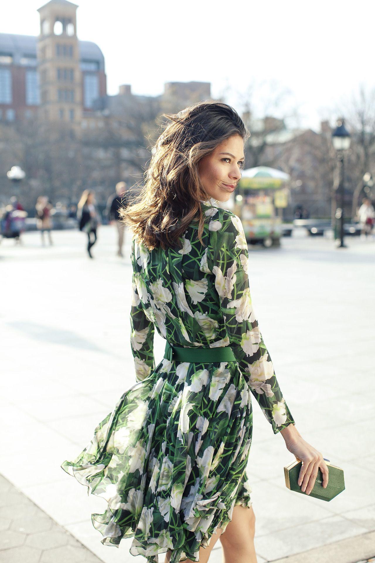 Como combinar vestido verde estampado