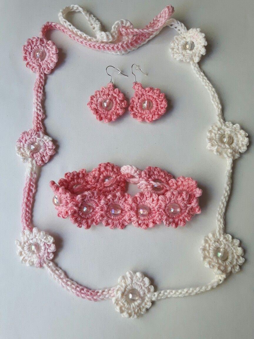 Collar, pulsera y pendientes hechos con hilo Colorin de Rosas Crafts y las instrucciones del tutorial 115 de Sheruknitting.com