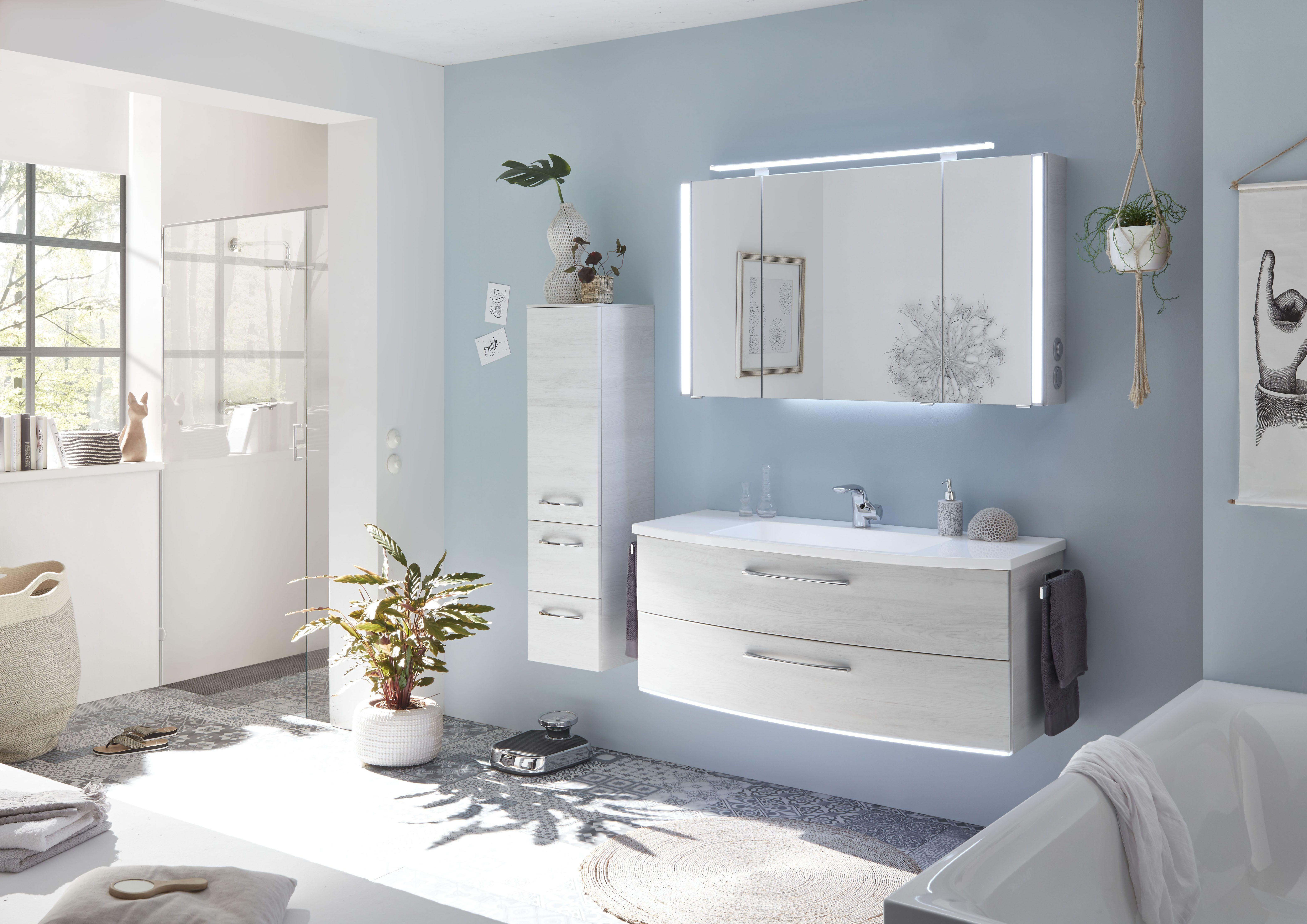 Ein Maritimes Flair Bekommen Klassisch Weisse Badmobel Durch Einen Blauen Anstrich Der Wande Badezimmer Wohnen Bad