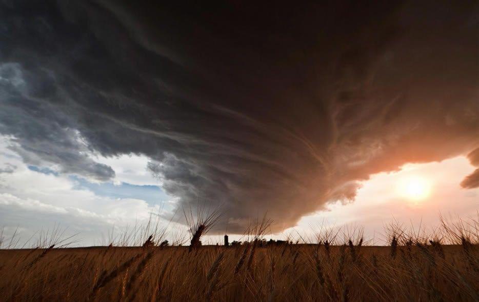 Supercélula en formación sobre campos de trigo en Nebraska, Estados Unidos