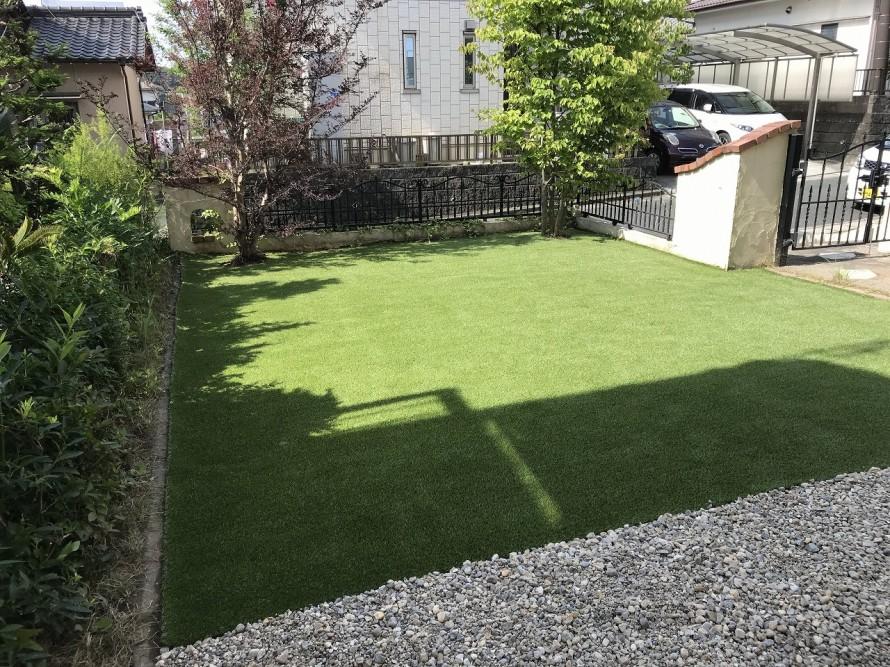 手の掛からないお庭にしたい との要望を受け 天然芝から人工芝へ