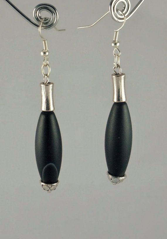 Boucles doreilles noires et argent composées dune agate noire surmontée dun tube cintré en métal argenté. Les agates noires sont dépolies pour être