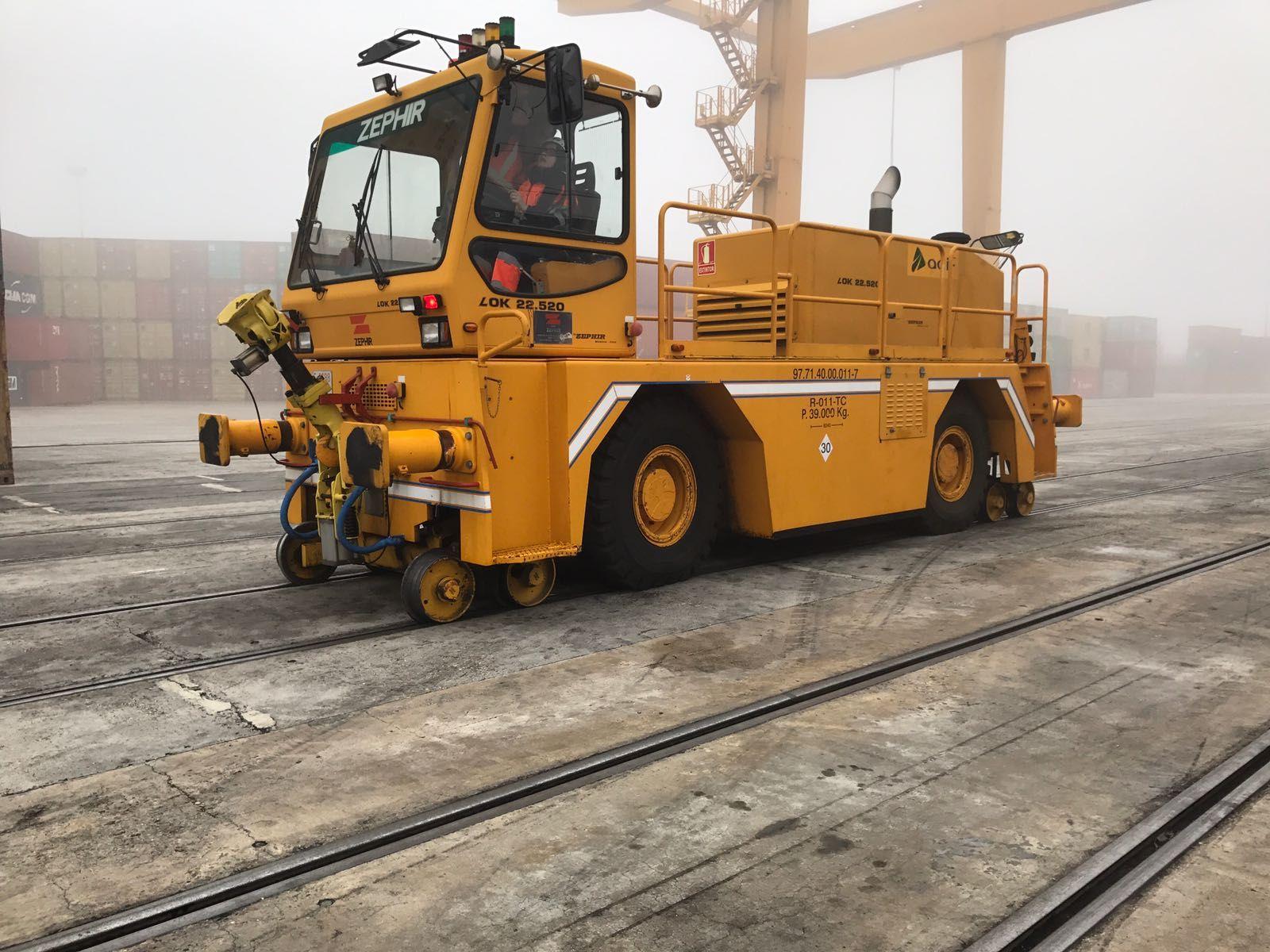 Maniobras con locotractor en Conterail terminal ferroviario, Puerto Seco de Coslada en el Corredor del Henares