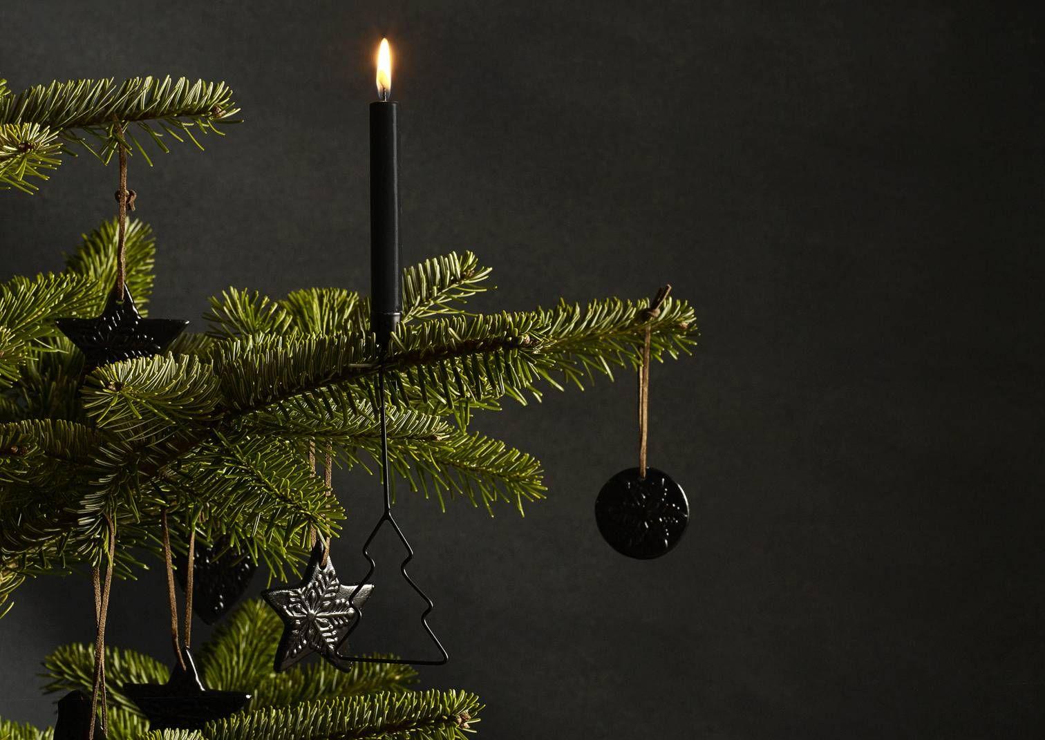 Pitkään jatkunut tumma sisustustrendi näkyy nyt myös joulun koristeissa. Katso Avotakan ideat mustiin joulukoristeisiin!