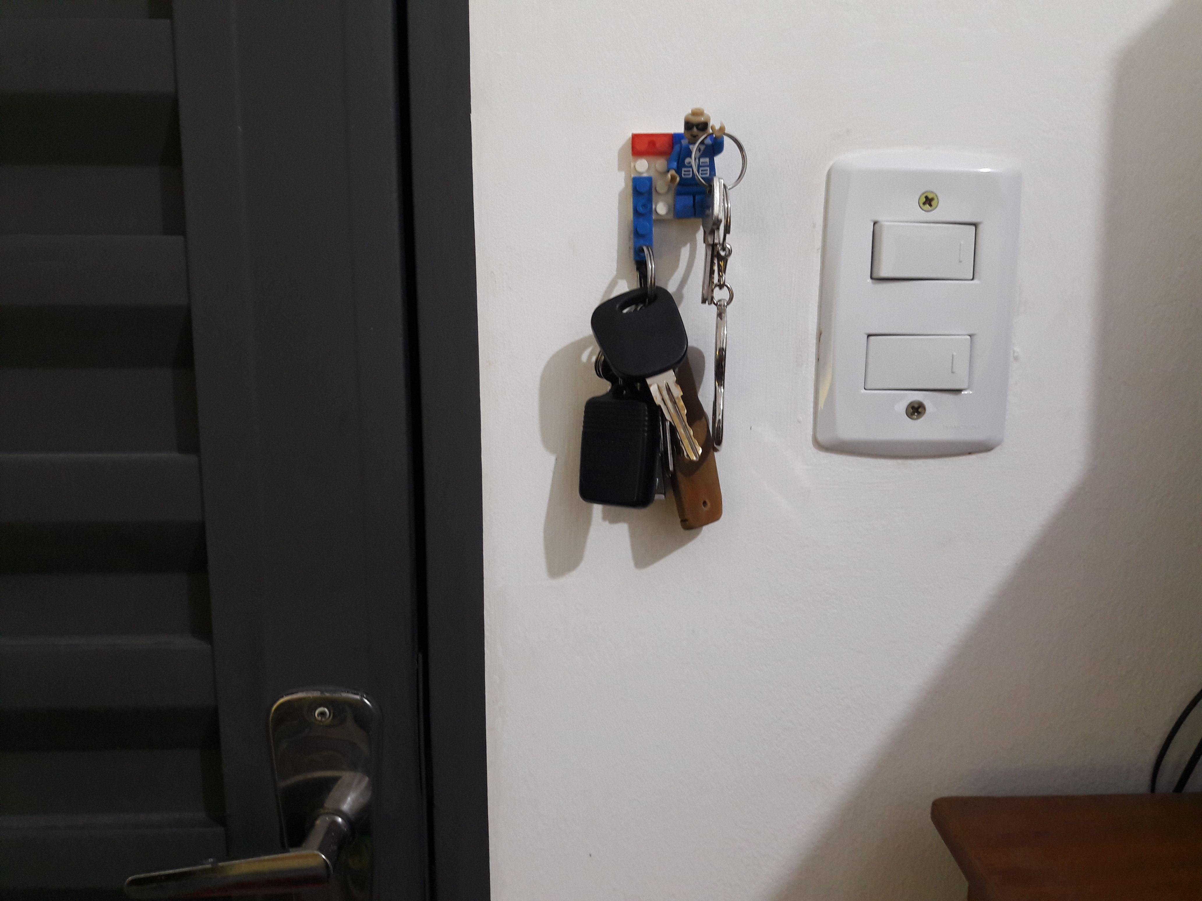 Sempre perdia as chaves de casa, do carro. Aproveitei o Lego que tinha para fazer um chaveiro. Utilizei cola quente para fixar na parede. Ficou bem legal.