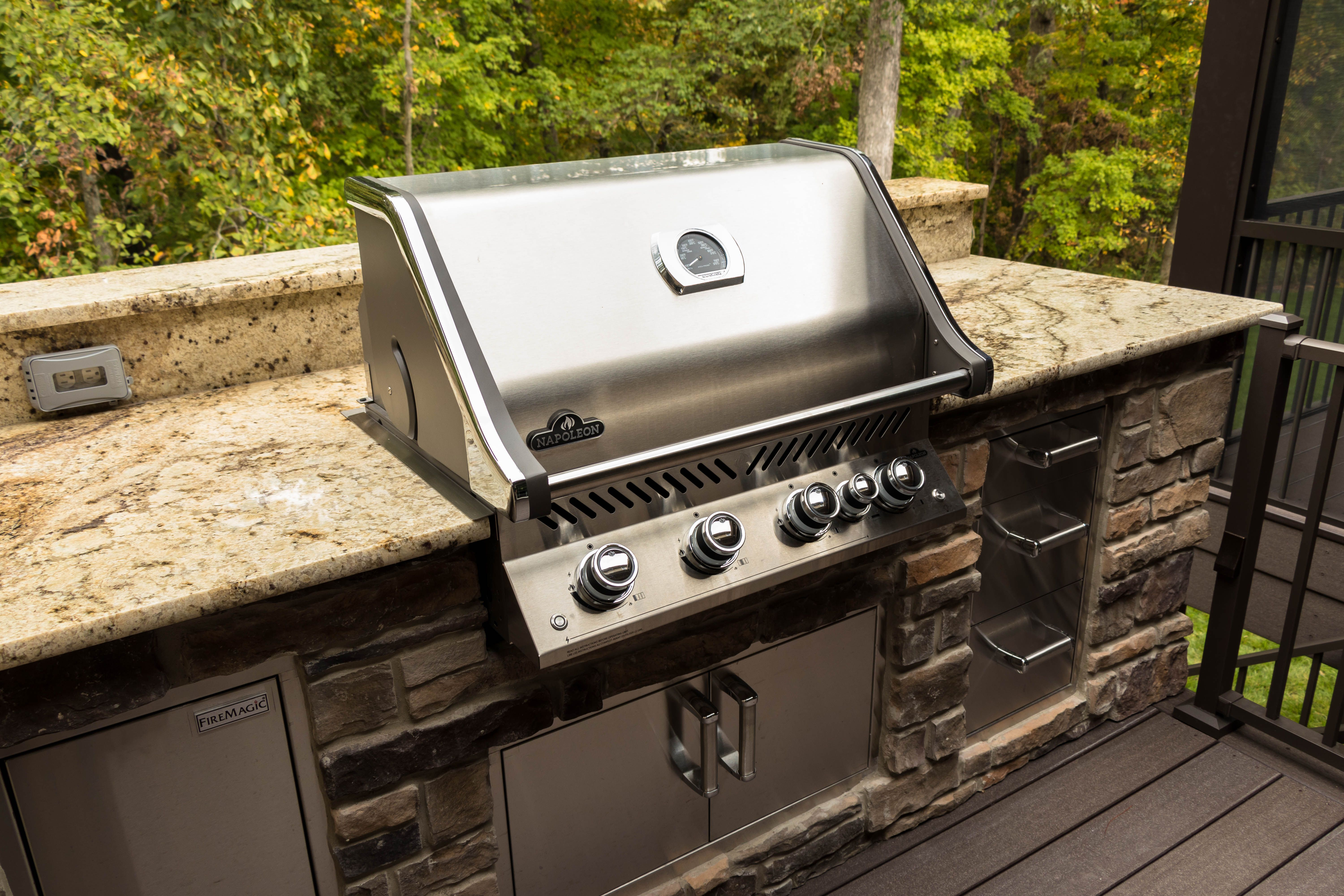Napoleon Pro Series Built In Pro 500 Natural Gas Grill And Fire Magic Stainless Steel Storage Screen Room Addit Room Additions Built In Grill Outdoor Kitchen