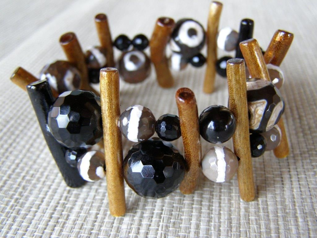 Inspira el momento, blanco y negro y un toque de ocre... ágatas tibetanas, ónix y coral lacado. (74€)