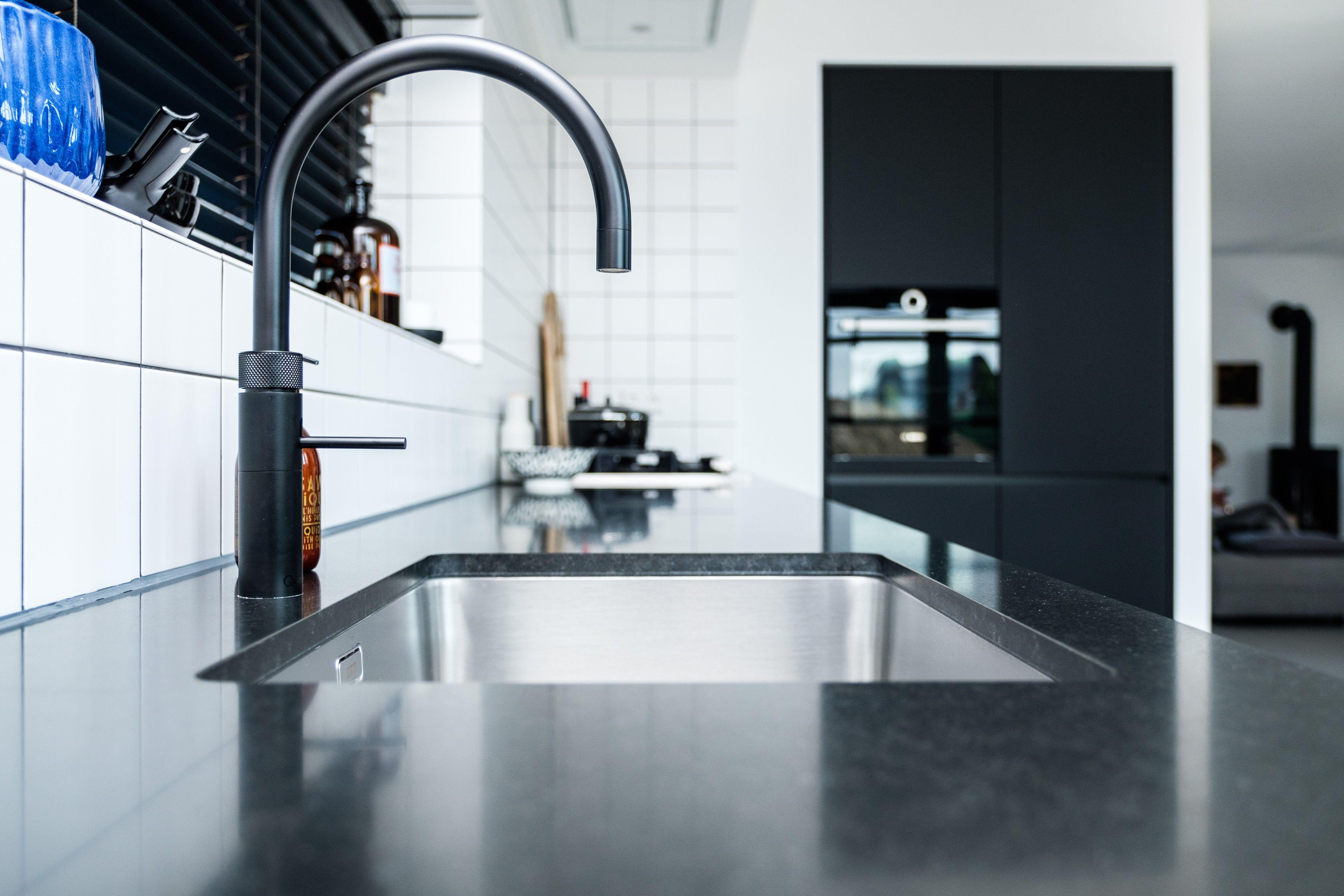 Gootsteen met kraan in moderne keuken stock foto afbeelding