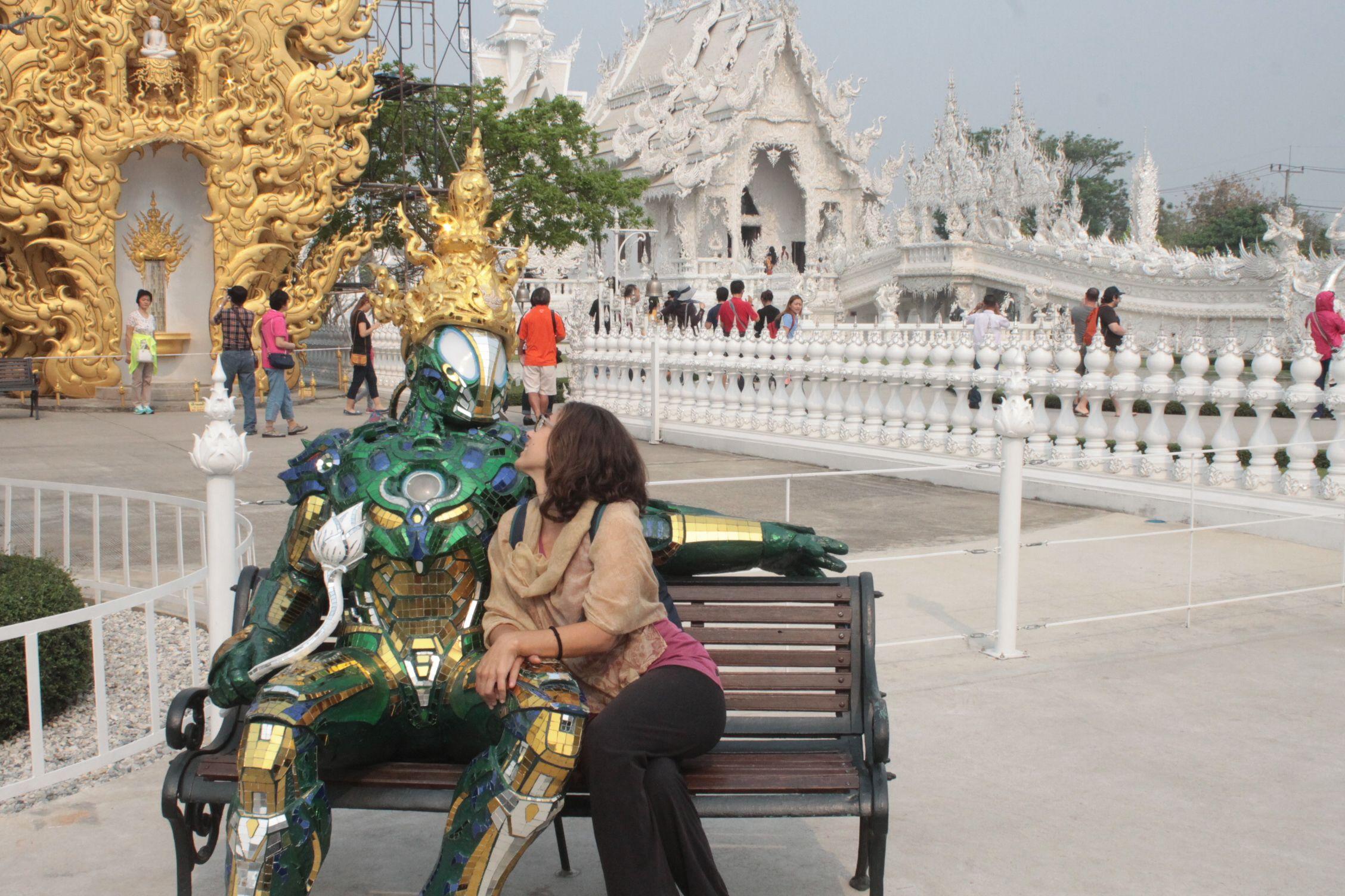 A la entrada del templo te espera un robot para darte la bienvenida