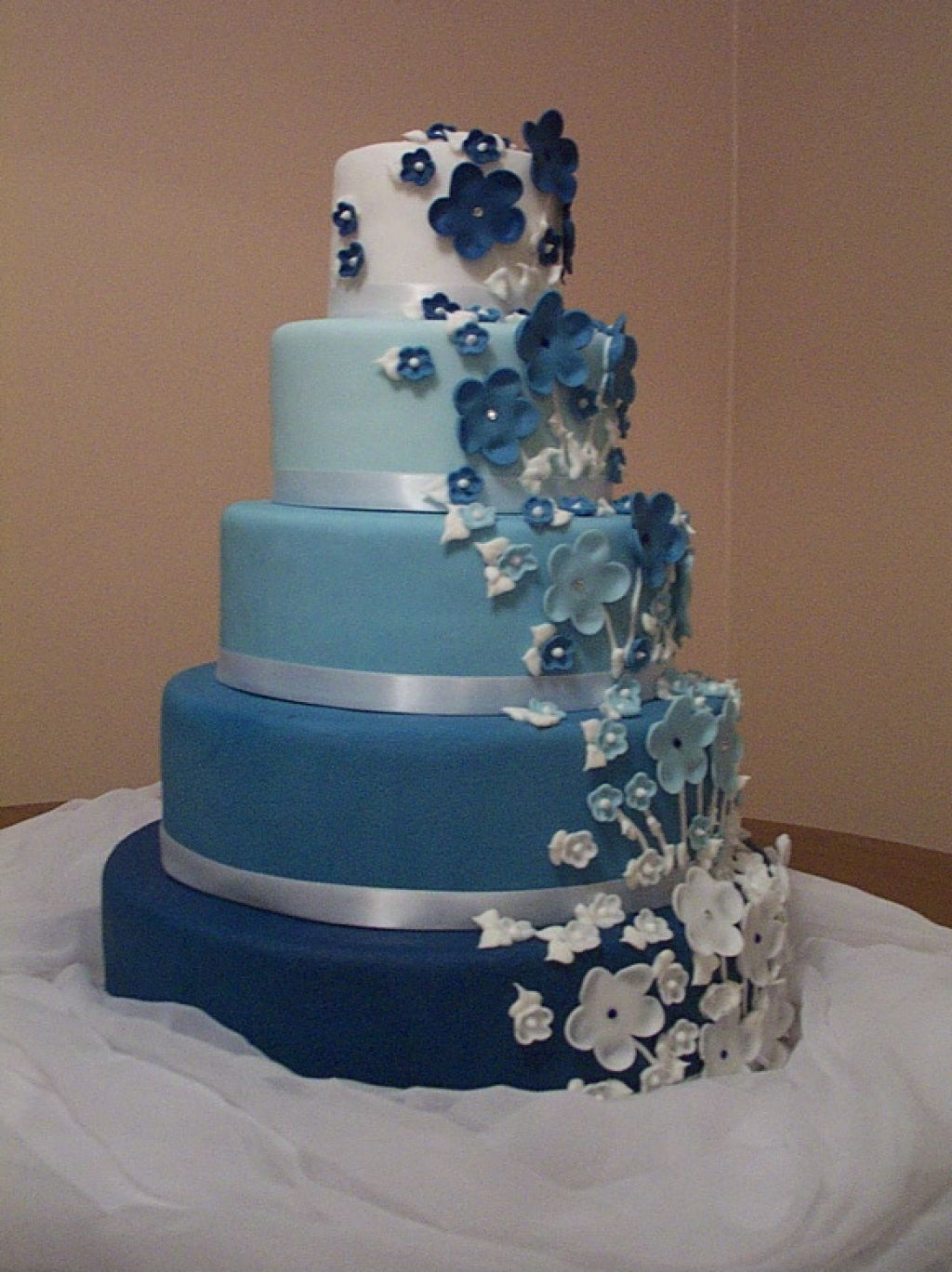 Blue and white wedding cake idaes with flower and butterfly blue and white wedding cake idaes with flower and butterfly izmirmasajfo