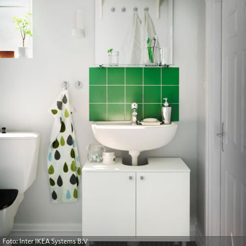 Mosaikfliesen und grüne Dekoelemente im weißen Badezimmer Spaces - ideen für kleine badezimmer