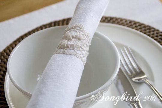 Lace napkin rings. I'm thinking these would make a greate Christmas present for my Grandma!