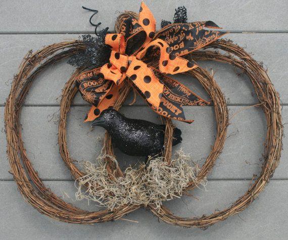 Questa è la lista per questo corvo corona e zucca. La corona è fatta fuori della vite. I colori sono nero, arancione e marrone.  Grazie ai materiali in questa corona è meglio tenerlo lontano da umidità.  La corona di misura altezza 15 e 18 lungo.  Tutte le vendite sono definitive.  Se avete qualunque domande, non esitate a mandarmi un messaggio.  Grazie per la ricerca e buon Halloween