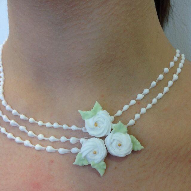 Collar con perlitas y rosas  de glasé real realizado directamente sobre la piel.Tatuaje en azúcar. Rosa María Escribano.