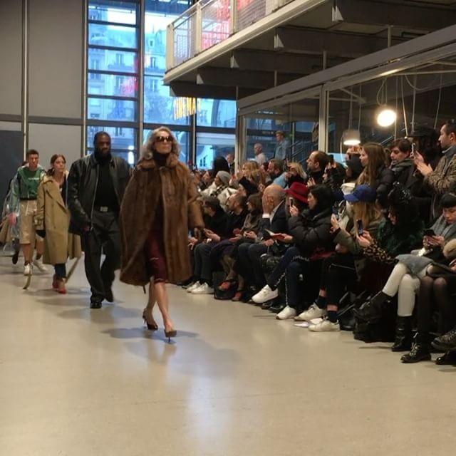 [#ELLESHOWTIME] 방금 끝난 #베뜨멍 쇼! 세대를 아우르는 다양한 캐릭터의 모델들을 앞세운 베뜨멍만의 유니크한 컬렉션이었습니다! #vetements #pfw #paris #오트쿠튀르 #파리 #엘르코리아 @vetements @ritualprojectsparis  via ELLE KOREA MAGAZINE OFFICIAL INSTAGRAM - Fashion Campaigns  Haute Couture  Advertising  Editorial Photography  Magazine Cover Designs  Supermodels  Runway Models