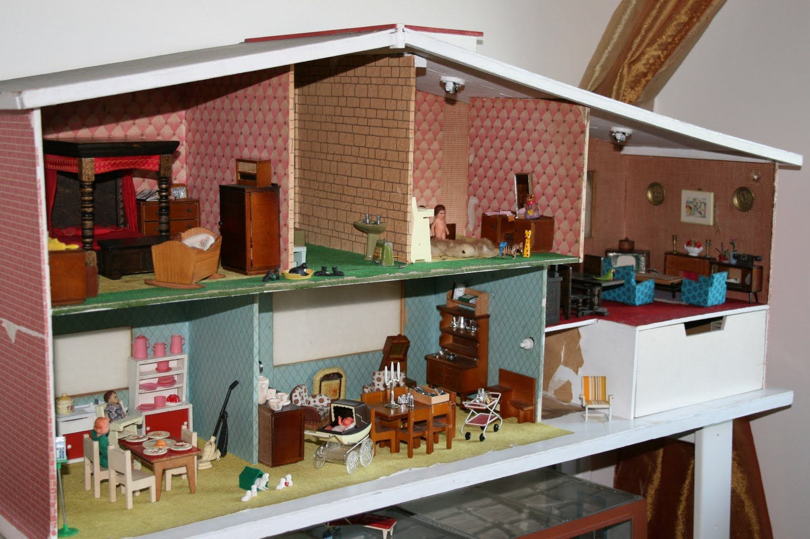 Melissa Sent Me These Great Pics Of A Split Level Custom Dollhouse She Renovated That She Found On Craigslist For 25 In Dc She Was Told I