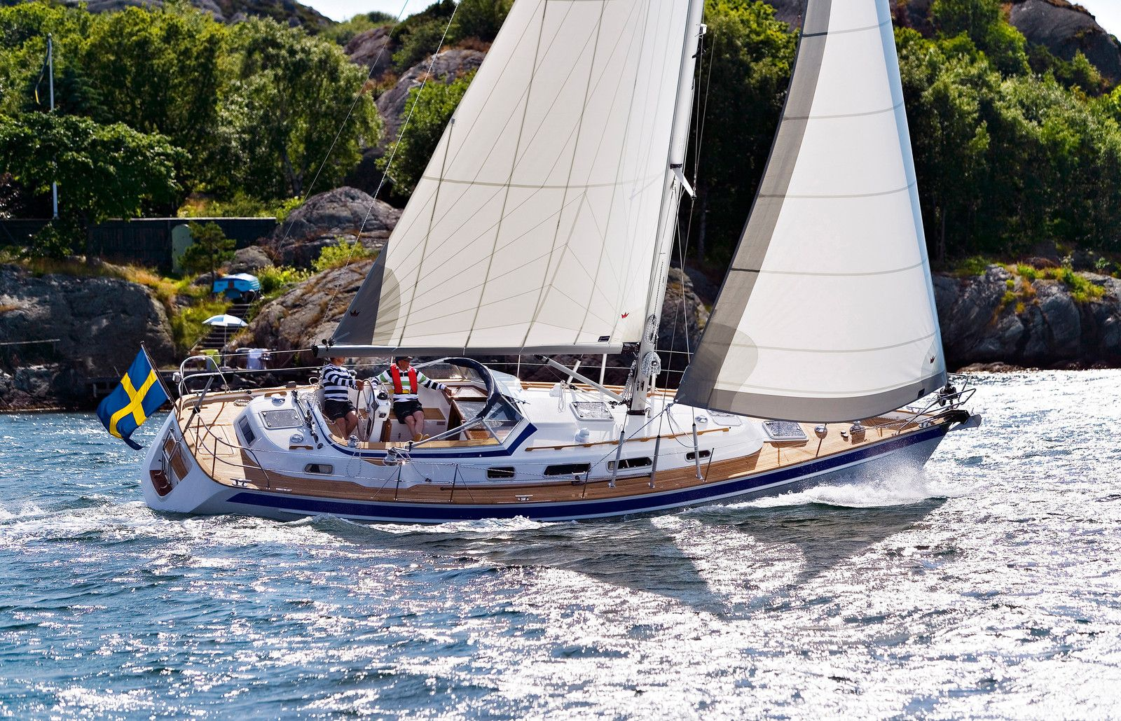 Hallberg Rassy Are Known For Their Center Cockpit Designs Their Distinctive Windshield Dodgers And Their Incredible Offshore Strengt Boat Sailing Yacht Yacht