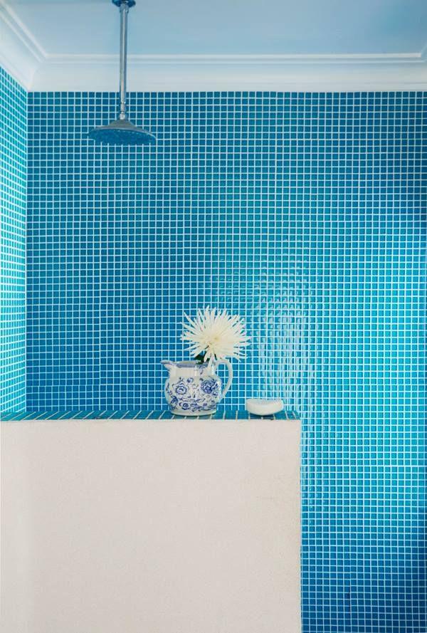 Precioso ba o de azulejos azules y decoraci n en color blanco inmaculado in love with - Azulejos azules para bano ...