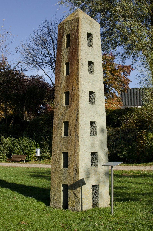 #Neustadt/Holstein Die Form des Obelisken taucht im Werk von Jo Kley in vielfältigen Variationen auf. Wie in einem Turm ist die schlanke, hoch aufragende Form durchbrochen von vielen Öffnungen. Jo Kleywurde 1964 in ...