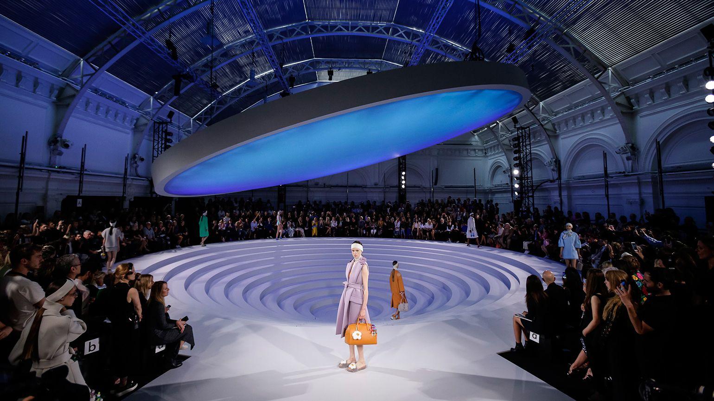 Anya Hindmarch S Transformative S S 2017 Set Catwalk Design Scenic Design Stage Lighting
