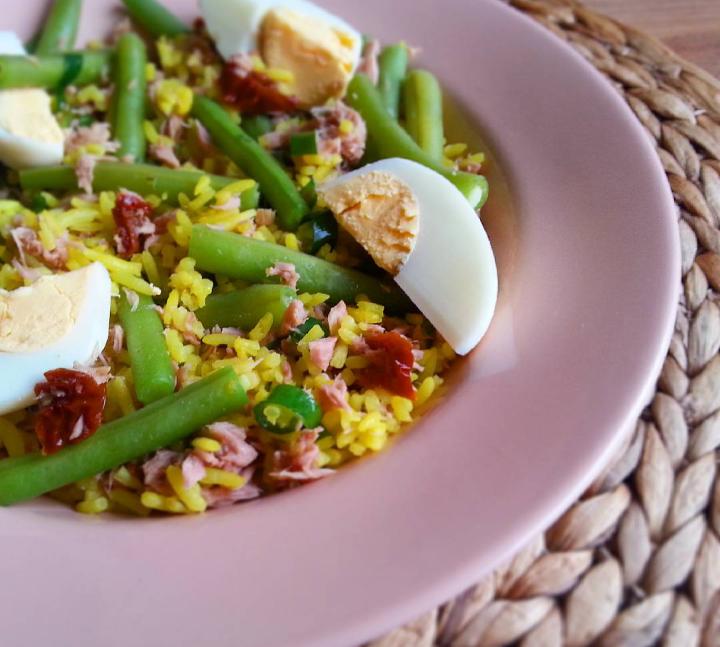 Rijstsalade met boontjes, tonijn en ei